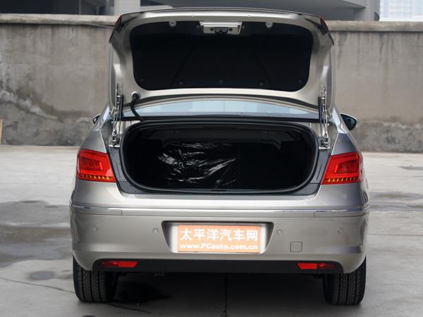 标致408作为一款家用轿车,宽大的车身、流畅的线条特别是尾部的设计都更加美观、时尚,在同级别车型中超大的车内空间变现更是让人过目难忘,这些都是国人在审美和需求方面的重点,也是能够吸引不同年龄层次消费群体的一大优势。标致408在之前沉稳风格中加入了运动、时尚元素,这样一来也能提升年轻消费群体对其的关注。