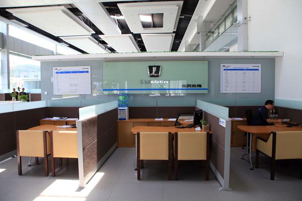 位于二楼的客户休息区,共有400多平方米,休息区内设阅览区、休憩区、上午区、影视区、茶艺区等。为了进一步满足客户的需求,为客户特设了专用办公室,专用厨房,专用餐厅。为了增加休息环境舒适性。各种设备充分体现休息区的现代化功能,体现了人性化的服务理念。柔和的灯光和松软的沙发,让人不知不觉放松神经,暂时忘却各种纷扰。闲来之时,每个位置都为客户精心准备的各色汽车杂志、时尚杂志及各报社当天的报纸,是提供给来店购车和维修客户阅读,以便在等待的过程中获得更多的资讯。特别设置吧台,让购车和维修的客户有需要的话可以饮用一