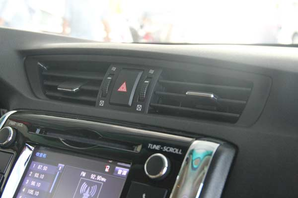 2013年一汽丰田带来了中期改款锐志车型,这也是自2010年之后锐志最大的一次改动了,作为主打运动风格的车型,新款锐志给人带来的第一印象更加勇猛、更加犀利,但却不失内在的稳重,整体外观也完全延续了日本版MARK X的造型,体现出了设计感。在20万元左右的价钱,如果您想买一辆V6发动机、前置后驱的车,锐志无疑是第一个蹦进您脑中的车辆。一直被冠以运动轿车,确实实至名归。