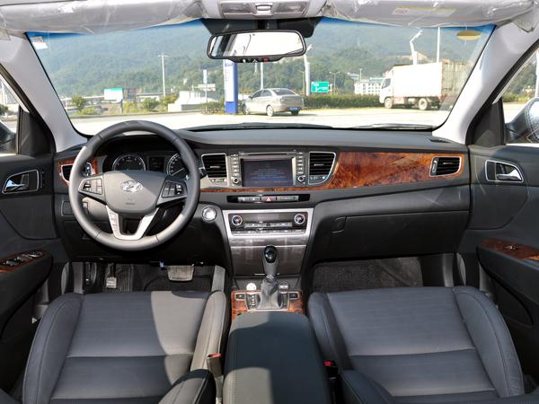 MISTRA名图设计上以现代汽车最新的Storm Edge(风暴前沿)理念贯穿,并融入现代汽车集团首席设计总监、世界著名设计师彼得希瑞尔的全新设计理念,以简约的外形轮廓、节制有度的动感线条,配合精致高档的细节处理,打造出沉稳而不乏时尚,简约而不失灵动的外形风格。MISTRA名图共发布了1.
