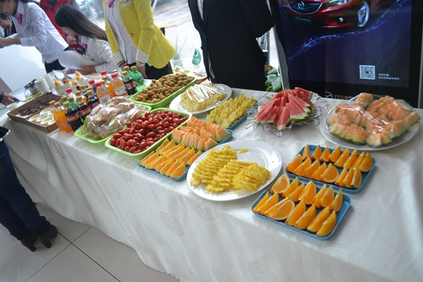 展厅内摆放着精美的水果饮料