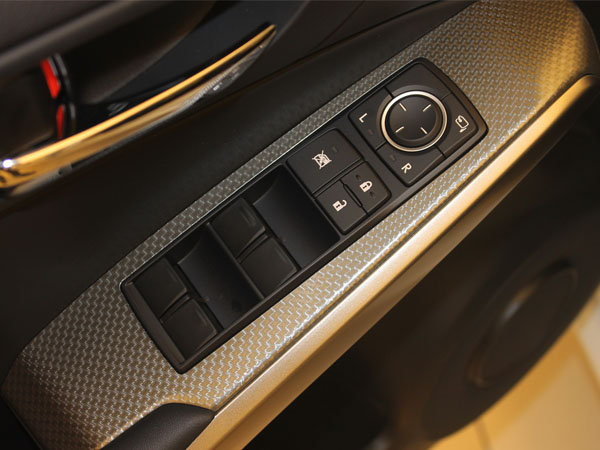 驾驶室门上的车窗控制和后视镜调节按钮